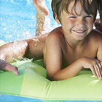 Ein Kind hat Spaß auf einer Luftmatratze